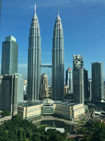 Traders Hotel, Kuala Lumpur : View from room during the day - Petronas Twin Towers