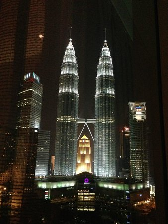 Traders Hotel, Kuala Lumpur : View from room at night - Petronas Twin Towers
