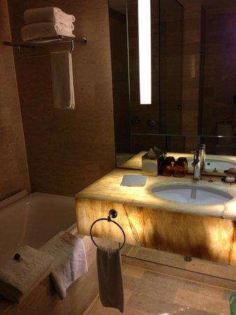 Traders Hotel, Kuala Lumpur : Bathroom