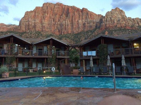 Desert Pearl Inn: Sunset view of mountains