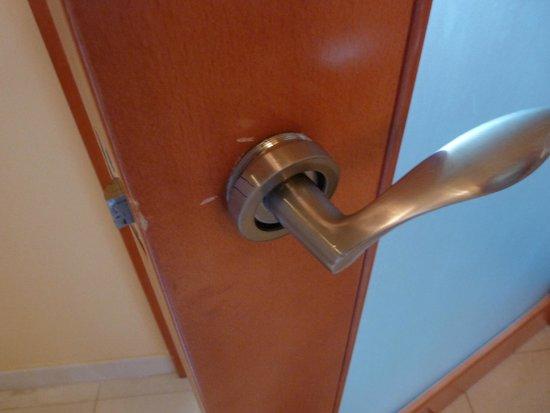 Radisson Blu Resort & Spa, Malta Golden Sands: Broken door handle in the bathroom