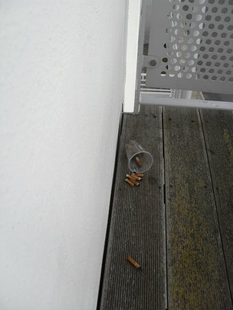 Maldron Hotel Limerick: Dirty balcony with someone cigarette butts...