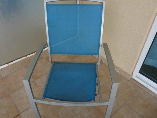 Radisson Blu Resort & Spa, Malta Golden Sands: Broken chair on balcony