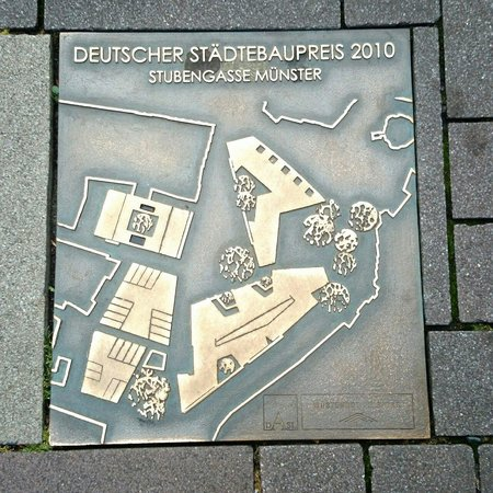 H4 Hotel Münster City Center: 受賞を示すプレートが建物前の広場にはめ込まれていました。