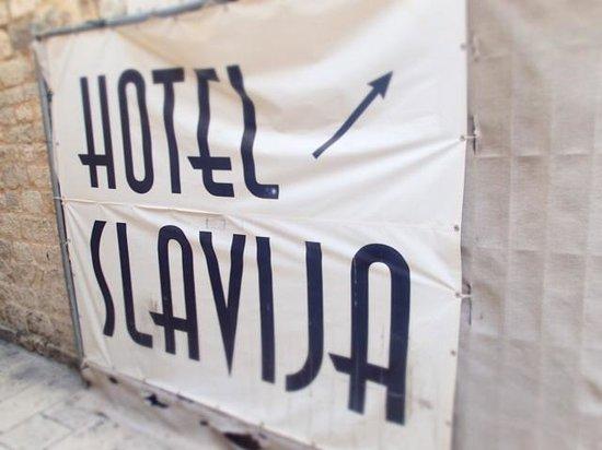 Hotel Slavija : sign