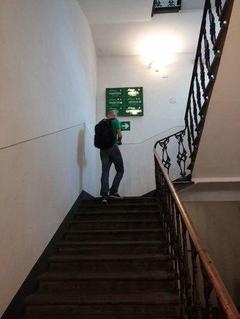 Hotel Azzi - Locanda degli Artisti: Escaleras que dan a los hoteles.