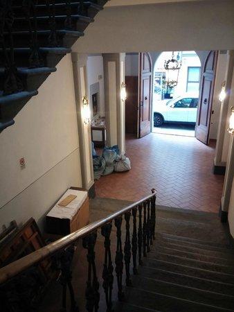 Hotel Azzi - Locanda degli Artisti: Escaleras y entrada a la derecha hay puerta que da a la recepción común.