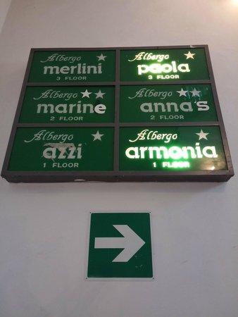 Hotel Azzi - Locanda degli Artisti : Indicación de los hoteles subiendo las escaleras.