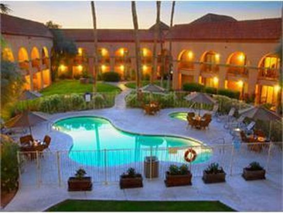 Four Points by Sheraton Tucson Airport: Night View Of Pool Courtyard