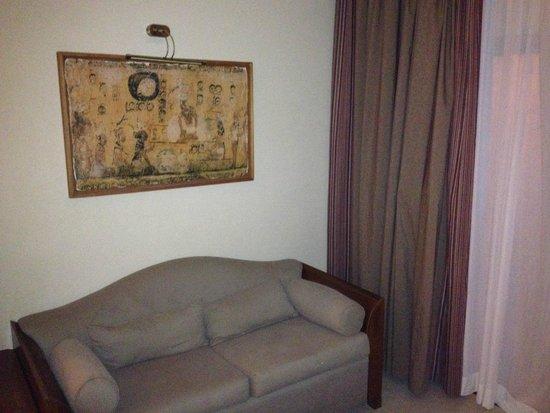Iberostar Paraiso Maya: Sofá y mesa de café en la habitación, frente al escritorio y al lado del balcón.