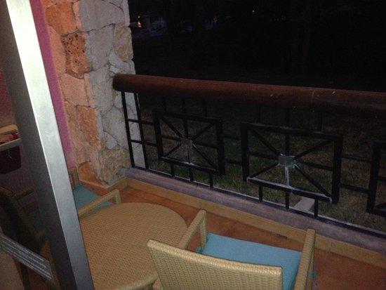 Iberostar Paraiso Maya: Balcón con mesa y silla. Dispone además de un tendedero en la pared y hamaca.