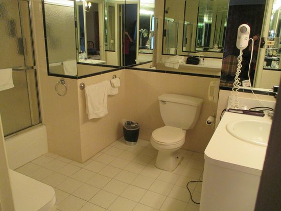 The Milburn Hotel : Huge bathroom in 1 bedroom suite