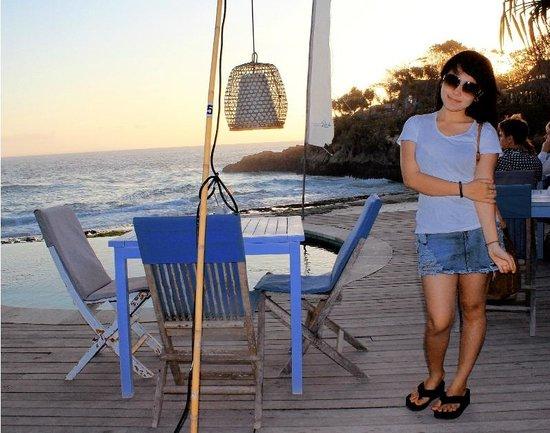 Sandy Bay Beach Club Lembongan : tempat duduk tepi kolam renang
