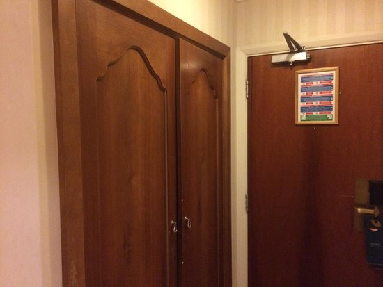 Hilton Brighton Metropole: Wardrobe doors don't close. Very tired...