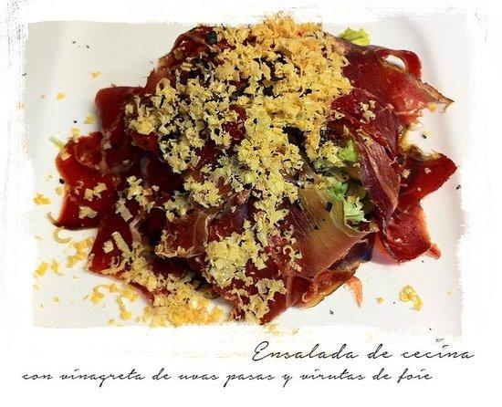 El Pantalan: Ensalada de cecina y vinagreta de uvas pasas con virutas de foie