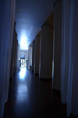 Delano South Beach Hotel: Hall verso piscina e punti ristoro