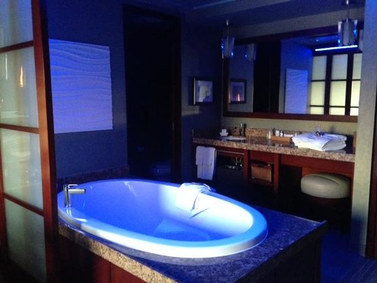 Shade Hotel: Soaker Tub with lights