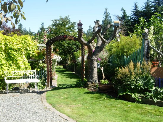 Farmhouse Bed & Breakfast: Stroll the gardens