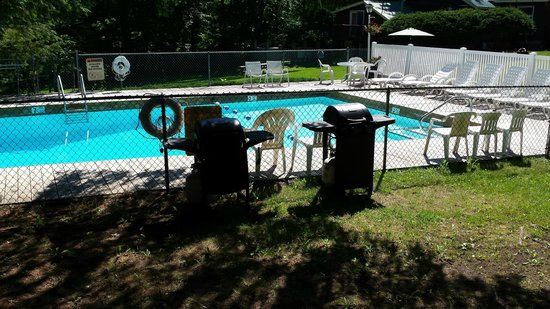 Green Haven Resort: Make a day of picnicing by the pool!