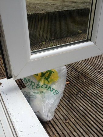 Sandy Cove Hotel: Filthy balcony, bags and cigarette butts, not child friendly
