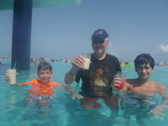 Iberostar Cancun: Pool bar - No alcohol in this photo