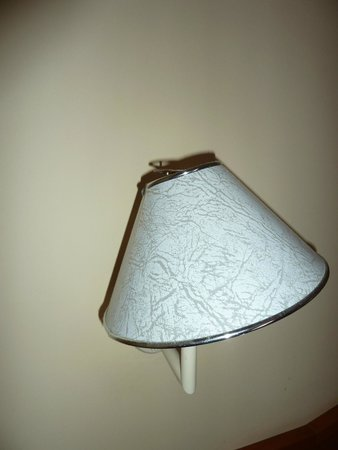 Sunrise Resort Hotel: broken lamp