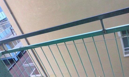 Hotel Mondial: terrazzo con annesso filo elettrico utilizzato come stendi biancheria