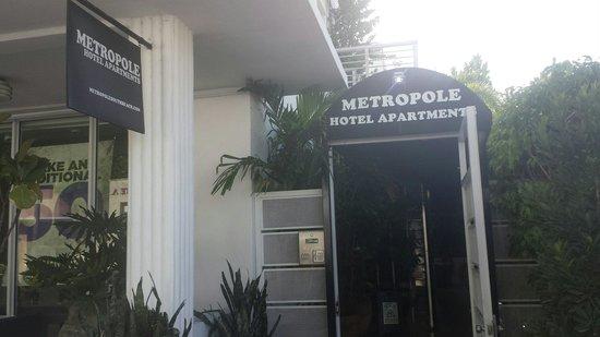 Metropole Apartments: Entryway