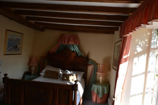 The Crown At Hopton: Wonky Room 8