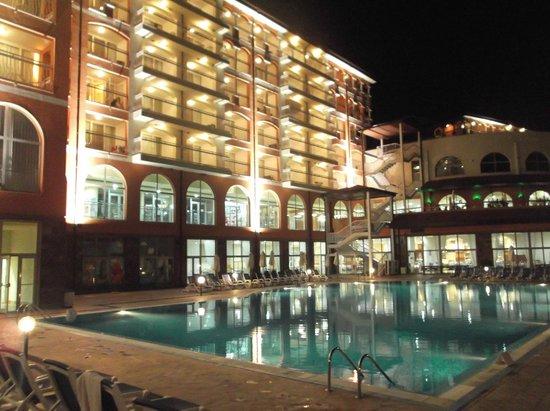 Sol Luna Bay: view of hotel at night