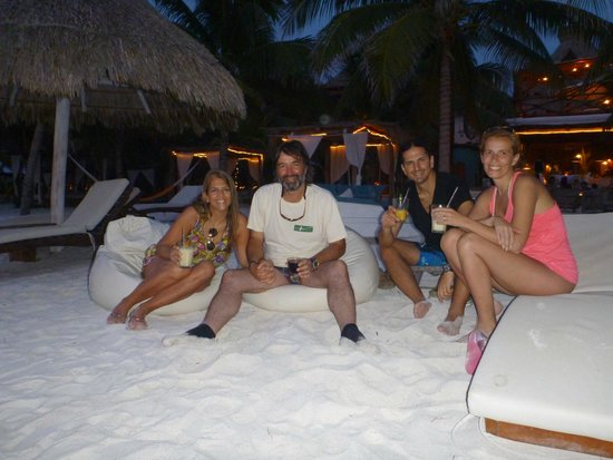 Holbox Hotel Casa las Tortugas - Petit Beach Hotel & Spa: Playa con amigos tomando un ttrago al atardecer