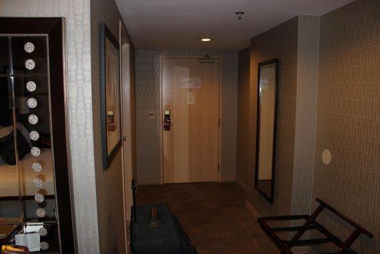 New York - New York Hotel and Casino: Puerta al pasillo y puerta del baño