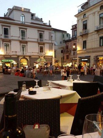 Ristorante Pizzeria Sant'Andrea: La vista sulla piazza dai tavoli.