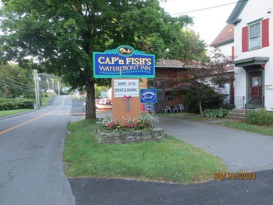 Cap'n Fish's Waterfront Inn : roadside sign