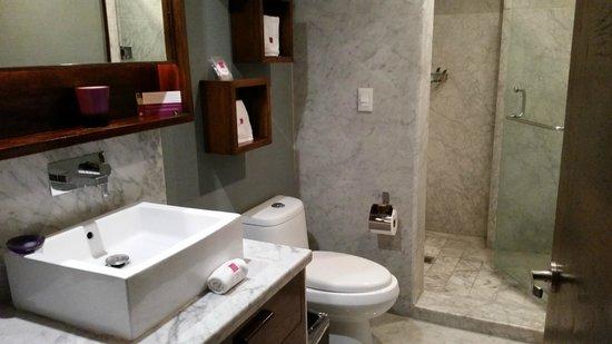 Las Suites: Bathroom
