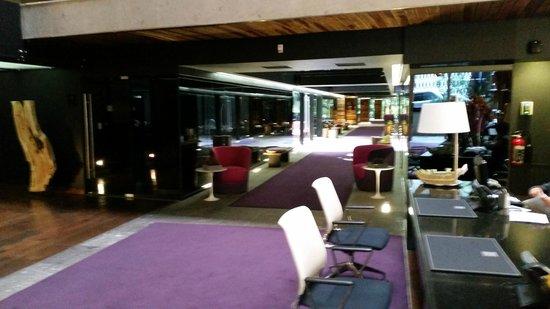 Las Suites: Main Lobby towards 2 towers