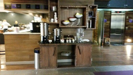 Las Suites: Coffee area near front lobby
