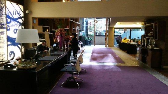Las Suites: Main Lobby Entrance