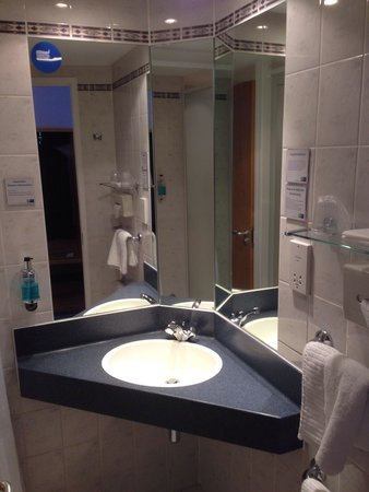 Holiday Inn Express Manchester East : Bathroom