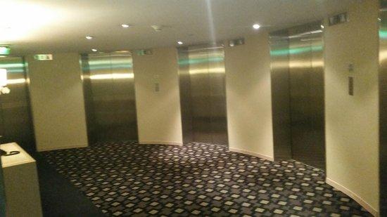 Hyatt Regency Mexico City : 6 elevator bay