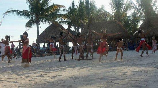 Sandos Caracol Eco Resort: Show Azteca en la playa.