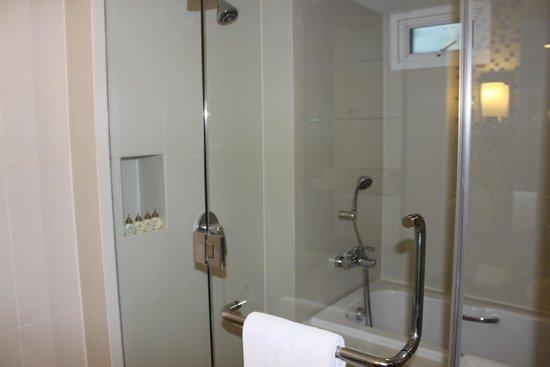 Legacy Suites Sukhumvit by Compass Hospitality: Huge tub & shower