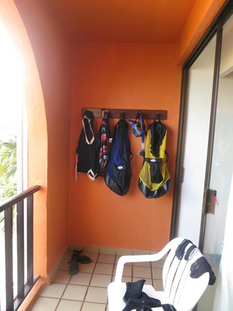 Hotel Cozumel and Resort: hooks on balcony for dive gear