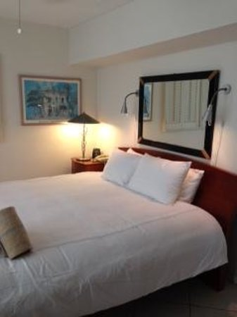 Manhattan Tower Apartment Hotel: Very comfortable king bed
