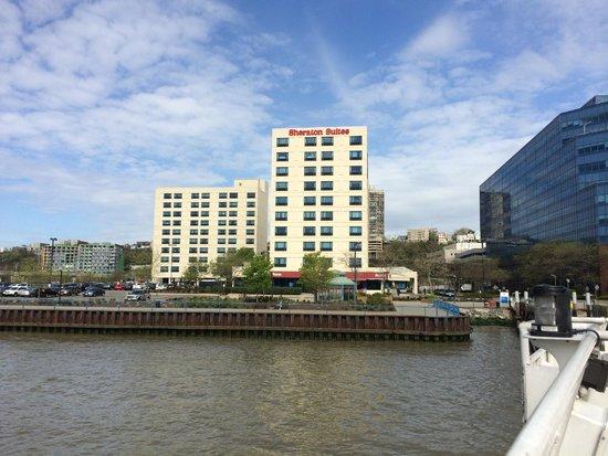 Sheraton Lincoln Harbor Hotel : vista del hotel desde el ferry cruzando el río
