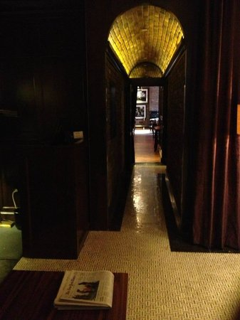 Walker Hotel Greenwich Village: Hall to elevators and restaurant/bar