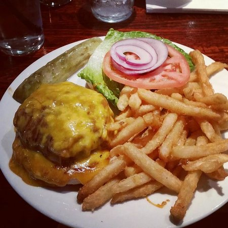 Manhattan Diner: Cheeseburger and fries