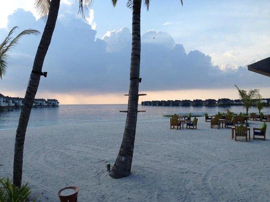 Jumeirah Vittaveli: Beach restaurant