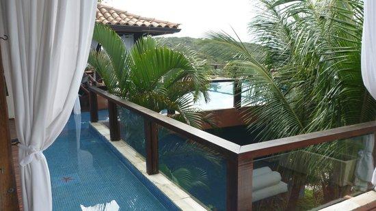 La Pedrera Small Hotel & Spa: Pileta que bordea el comedor