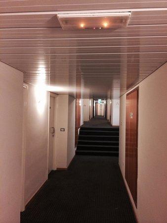 Asterias Beach Hotel : Вот такие коридоры, в которых воняют постоянно мокрые ковры